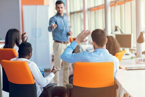 Los beneficios o las ventajas competitivas que ofrece la formación continua a las empresas.